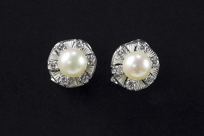 pair of earrings in white gold (18 carat) with a pearl and ca 050 carat of very high quality brilliant