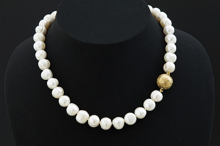 necklace from large pearls with quite a big lock in yellow gold (18 carat)