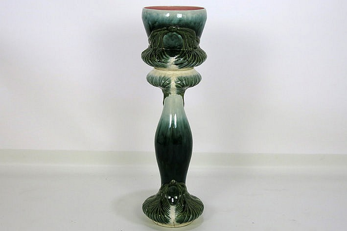 Art Nouveau-set in earthenware with a jardiniere and its pedestal
