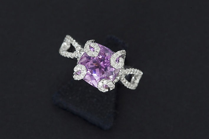 ring in white gold (18 carat) with ca 050 carat of high quality brilliants and a real 5 carat kunzite with nice color