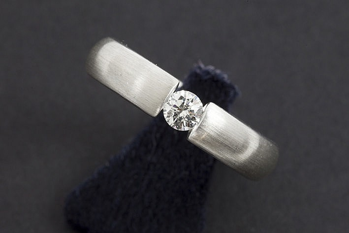 ring in white gold (18 carat) with a 025 carat quality brilliant