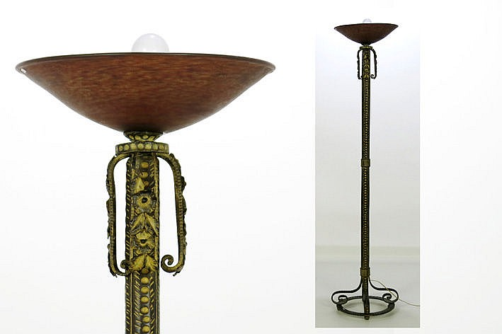 Art Deco-lamp with stand in bronze and shade in p�te de verre
