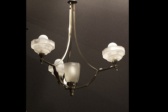 Art Deco-chandelier with a frame in bronze with silver patina and with 1 tulip-shaped central and three hoods in satinised glass