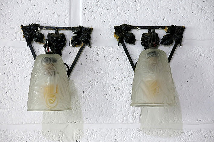 pair of (�) Art Deco-wall lights in wrought iron and glass