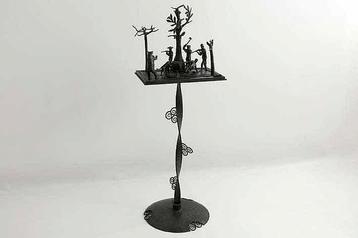 VAN BOECKEL LODE (1857 - 1944) / ATELIER VAN sculptuur met bijhorend 'tafeltje' in smeedijzer en met de voorstelling van een berenjacht  -  hoogte : 105 cm
