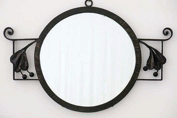 CARION FRANÇOIS (1884 - ?) ronde Art Deco-spiegel met smeedijzeren montuur met bessendecor  -  breedte : 56 cm getekend en genummerd