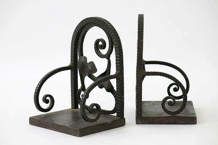 CARION FRANÇOIS (1884 - ?) paar (§) Art Deco-boekensteunen in smeedijzer met zwarte patine in de stijl van Edgar Brandt  -  hoogte : 14 cm getekend en gen°