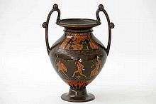 BERGMANN FRANZ (1838 - 1894) Weens urnvormig vaasje met grepen in brons met een koudbeschilderd Grieks-mythologisch tafereel - ca. 1900 - hoogte : 165 cm gemerkt