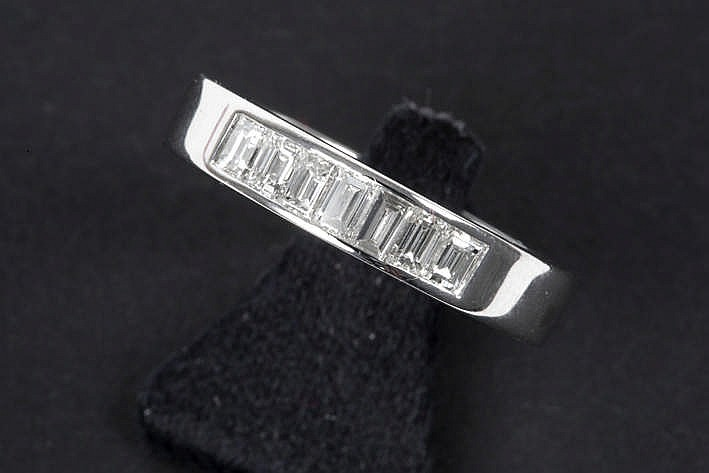 ring in white gold (18 carat) with ca 0,50 carat of high quality baguette cut diamonds