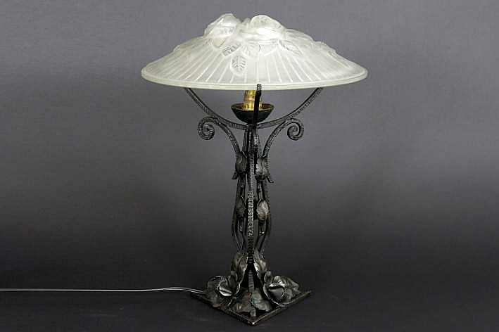 French 'Rethondes' Art Deco lamp in wrought iron and pâte de verre - signed