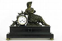 Antieke klok met kast in zwarte marmer en met bronzen sculptuur met de voorstelling van een dame met luit    -  hoogte en breedte : 48 en 56 cm  -  met werk getekend
