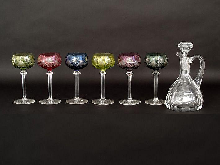 Reeks van zes glazen met verschillende gekleurde