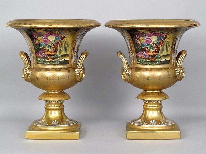Vrij groot paar (§) urnvormige vazen met grepen in
