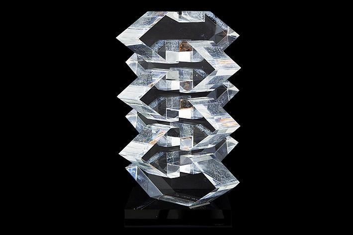 VAN SUMERE HILDE (1932 - 2013) sculptuur in plexiglas getiteld Kristal I - hoogte: 27,7 cm getekend en te dateren in 1973