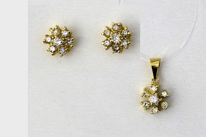Ensemble van een paar oorbellen en een pendatief telkens met een gestileerde bloemvorm in geelgoud (18 karaat) en bezet met briljant - in totaal : zeker 0 80 karaat witte (G/H) kwaliteitsbriljant (Vvs/Vs)