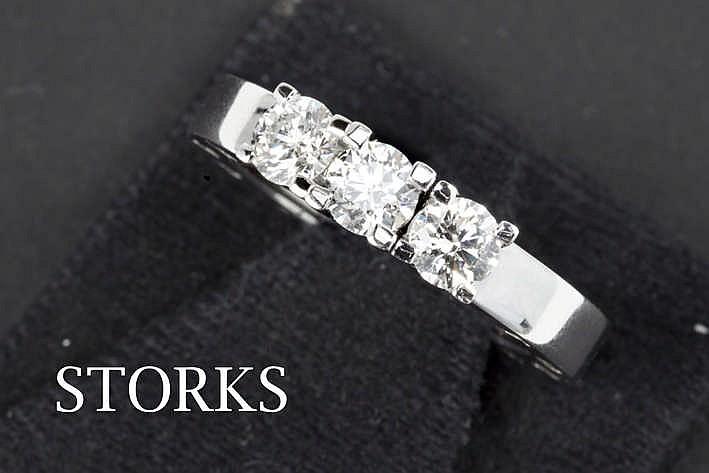 STORKS ring met een zgn 'trilogie'-model in witgoud (18 karaat) met een typisch sierstuk met drie briljanten - in totaal : zeker 1 karaat witte (H/I) kwaliteitsbriljant (Vs/Si) getekend