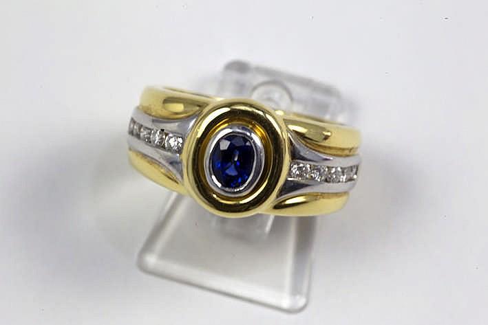 Ring in geel witgoud (18 karaat) met een centrale ovale saffier van ca 0 70 karaat en ca 0 30 karaat witte (G/H) kwaliteitsbriljant (Vs)