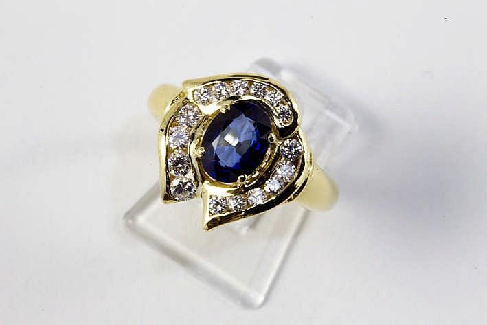 Ring in geelgoud (18 karaat) met een sierstuk met een aparte organische vorm met een centrale ovale saffier van ca 2 karaat omringd door ca 0 55 karaat blauwwitte (E/F) kwaliteitsbriljant (Vvs/Vs)