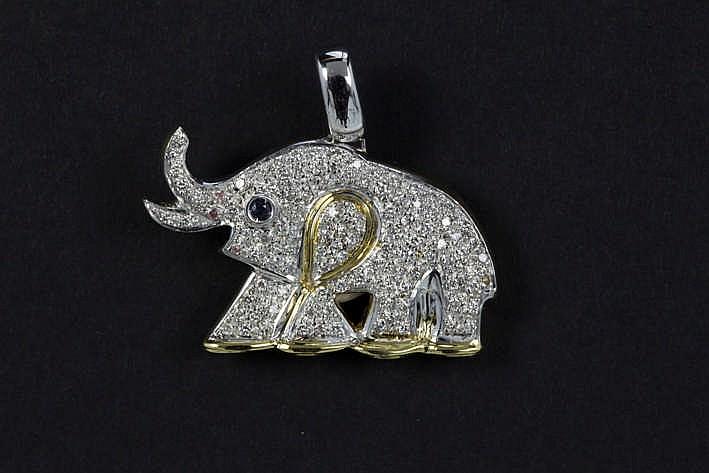 Pendatief in de gestileerde vorm van een olifant in geel en witgoud (18 karaat) bezet met ruim 2 30 karaat briljant en een saffiertje (als oog)
