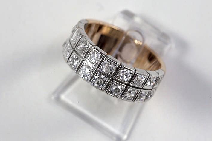 Late Art Deco-ring in roos goud (18 karaat) en platina met een sierstuk met twee banden bezet met ca 1 30 karaat briljant (I - Si) in oude slijp - ca 1930/40
