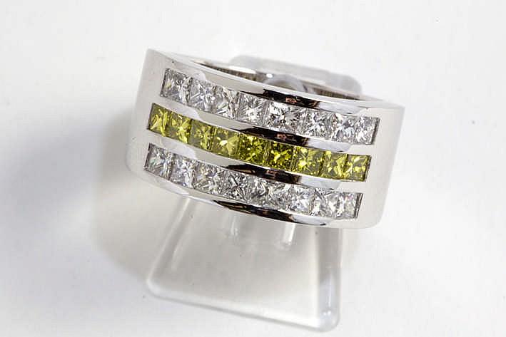 Prachtige volledig met de hand gerealiseerde ring met bandmodel in witgoud (18 karaat) bezet met fancy color- briljant met mooie gele kleur en blauwwitte (D/E/F) briljant in princesseslijp - in totaal : zeker 2 20 karaat loepzuivere/Vvs