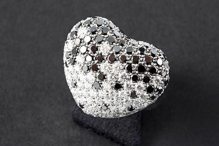 Moderne designring in witgoud (18 karaat) met een kussenvormig hart als sierstuk bezet met ca 3 80 karaat zwarte en blauwwitte (D/E/F) kwaliteitsbriljant (Vvs/Vs)