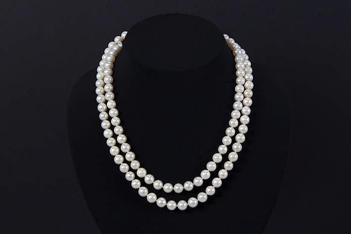 Collier met één rij op de kleur en de grootte (diameter : 8 mm) gezochte parels en met een lengte van 100 cm