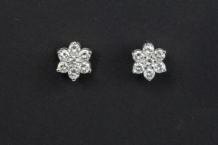 Fraai paar bloemvormige oorbellen in witgoud (18 karaat) bezet met een klein karaat blauwwitte (E/F) kwaliteitsbriljant (Vvs)
