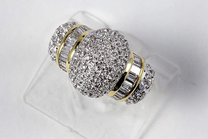 Ring in geel en witgoud (18 karaat) met een bolvormig sierstuk en bezet met ca 1 20 karaat witte (F/G) kwaliteitsbriljant (Vs/Si) in baguette- en klassieke slijp