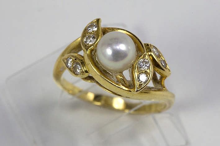 Ring in geelgoud (18 karaat) met een floraal sierstuk centraal bezet met een parel omringd door blaadjes bezet met ca 0 25 karaat blauwwitte (E/F) kwaliteitsbriljant (Vs)
