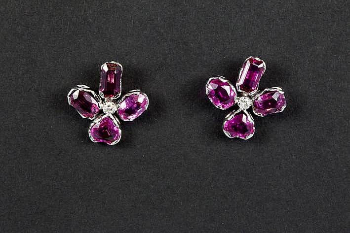 Fraai paar volledig met de hand gerealiseerde oorbellen met een sterk gestileerde bloemvorm in witgoud (18 karaat) bezet met ca 4 karaat saffier met een zeldzamere natuurlijk roze kleur en met witte (G/H) kwaliteitsbriljant (Vs)