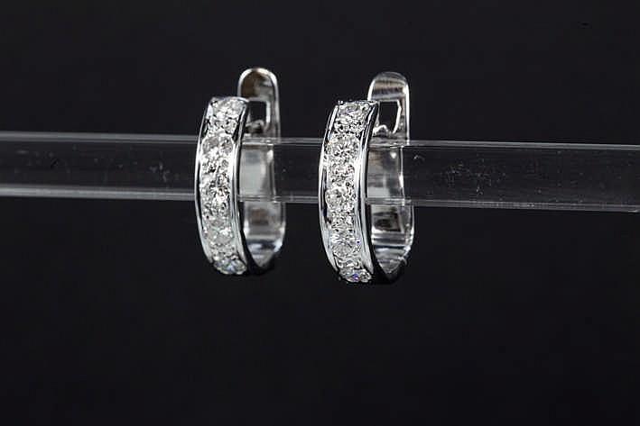 Paar oorbellen in witgoud (18 karaat) met een gegalbeerde bandvorm en bezet met zeker 0 90 karaat witte (G) kwaliteitsbriljant (Vs/Si)