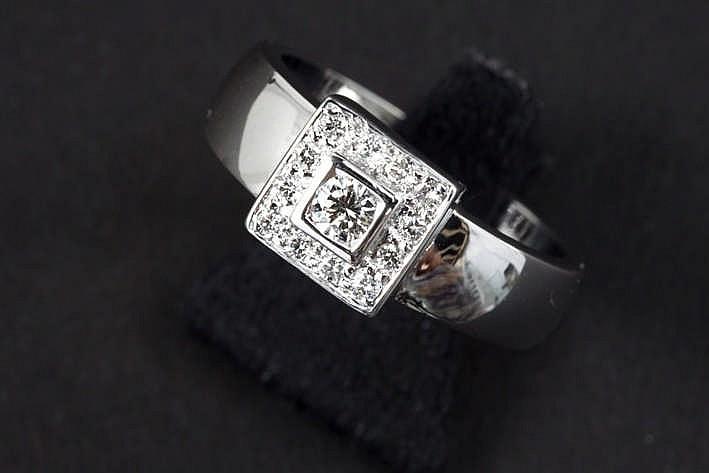 Ring in witgoud (18 karaat) met een vierkant sierstuk met een centrale grotere briljant omringd door kleinere - in totaal : ca 0 45 karaat witte (G) kwaliteitsbriljant (Vs)