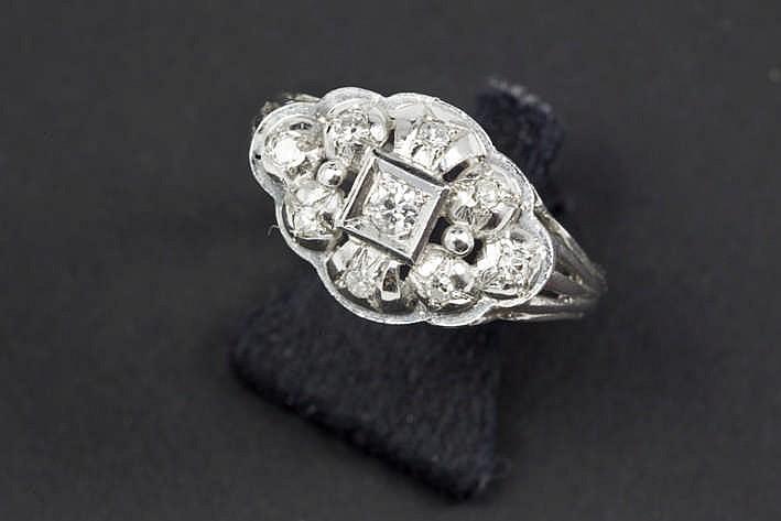 Ring in witgoud (18 karaat) met een cartouchevormig sierstuk bezet met ca 0 25 karaat witte (G/H) kwaliteitsbriljant (Vs/Si)
