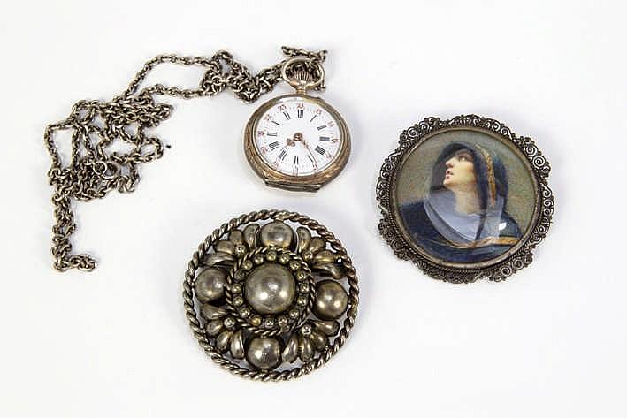 Lot zilveren juwelen : een broche van de jaren '20 een pendatief/broche met miniatuur en een zakhorloge met ketting