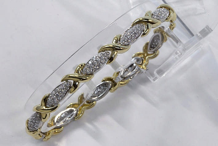 Mooi bracelet met X-vormige schakels in geelgoud (18 karaat) en met ellipsvormen in witgoud (18 karaat) bezet met briljant - in totaal : zeker 1 10 karaat witte (E/F/G) kwaliteitsbriljant (Vvs/Vs) in pavé-zetting - 19 3 gram