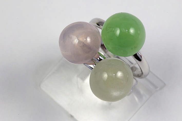 Set van drie modieuze ringen (gecombineerd of apart te dragen) in witgoud (18 karaat) één bezet met een roze kwarts één met een fluoriet en één met een maansteen telkens in cabochonslijp en met een pasteltint - in totaal : zeker 12 karaat edelstenen