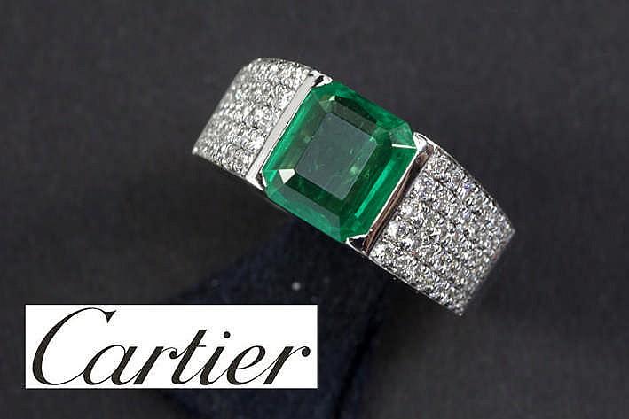 CARTIER solitaire Colombiaanse smaragd van ca 2 20 karaat met mooie kleur gezet in een ring in witgoud (18 karaat) bezet met ca 0 80 karaat blauwwitte (F) loepzuivere/Vvs kwaliteitsbriljant getekend