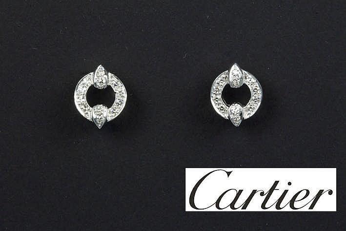CARTIER paar oorbellen in wit en geelgoud (18 karaat) bezet met ca 0 30 karaat blauwwitte (D/E) kwaliteitsbriljant (Vvs) - met originele doos genummerd gemerkt en getekend