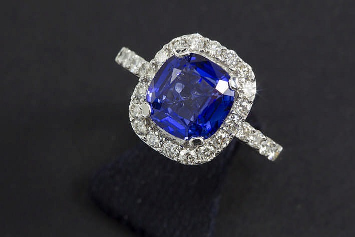 Modieuze ring in witgoud (18 karaat) met een rechthoekig sierstuk centraal bezet met een tanzaniet van ca 3 karaat met fraaie kleur omringd door ca 0 75 karaat witte (G/H) kwaliteitsbriljant (Vvs/Vs) - 6 8 gram