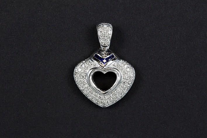Moderne hartvormige pendatief in witgoud (18 karaat) bezet met ca 0 20 karaat saffier in carréslijp en met ca 2 50 karaat witte (F/G) kwaliteitsbriljant (VS/Si) - 12 gram