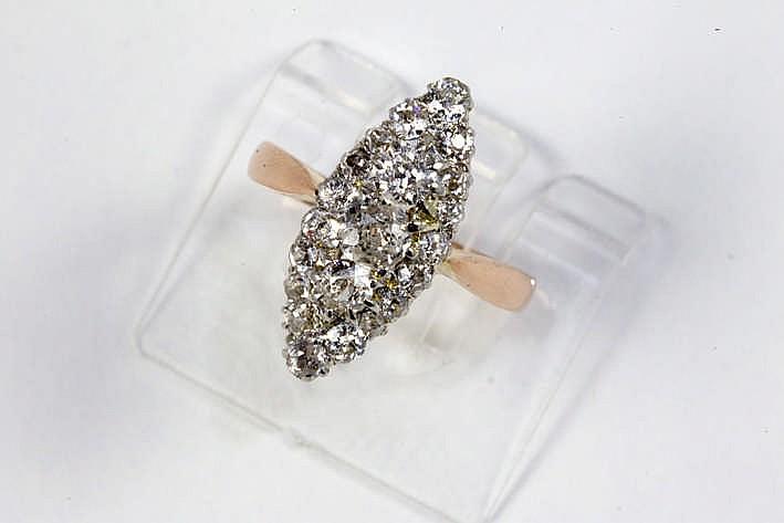 Antieke ring met een zgn marquisemodel in roos goud (18 karaat) met een typisch sierstuk bezet met ca 1 karaat blauwwitte (E/F) diamant (Si/P) in oude