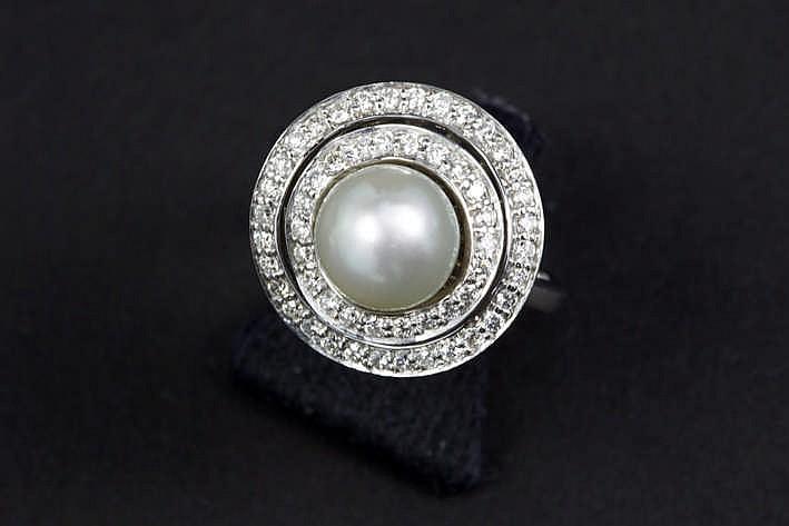 Mooie ring in witgoud (18 karaat) met een sierstuk centraal bezet met een witte parel omringd door twee gegolfde banden bezet met ca 1 karaat blauwwitte (F) kwaliteitsbriljant (Vs)