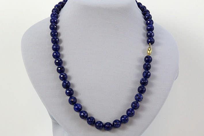 Collier met één rij bolle gefacetteerde kralen in lapis lazuli en met een slot in geelgoud (18 karaat)