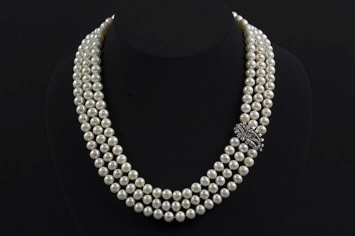 Chique collier met drie rangen op de witte kleur en de grootte (diameter van 7 5 mm) en met een vrij groot slot in witgoud (18 karaat) bezt met ca 0 80 karaat briljant (F/I - Vs/P)