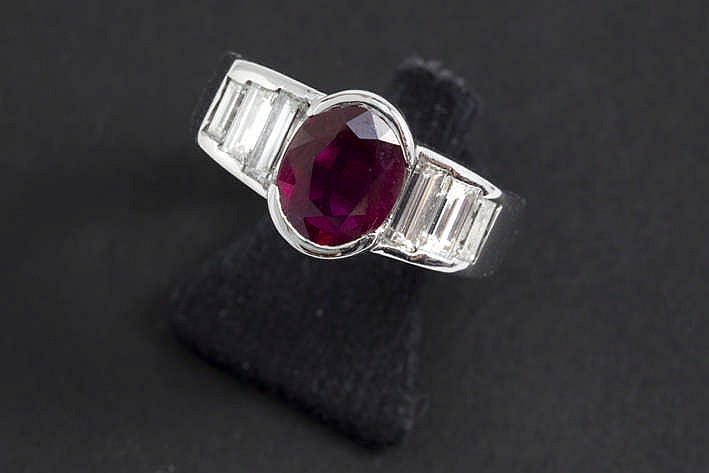 Solitaire ovale robijn van ca 2 karaat met mooie kleur gezet in een ring in witgoud (18 karaat) bezet met ca 0 90 karaat witte (F/G) kwaliteitsbriljant in baguetteslijp