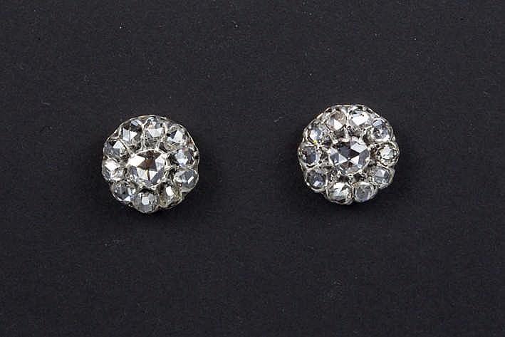 Paar antieke oorbellen in zilver op goud bezet met vrij grote diamanten in roosslijp