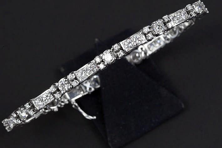 Fijn bracelet in witgoud (18 karaat) met alternerende schakels en rondom bezet met ca 5 25 karaat blauwwitte (F) kwaliteitsbriljant (Vs)