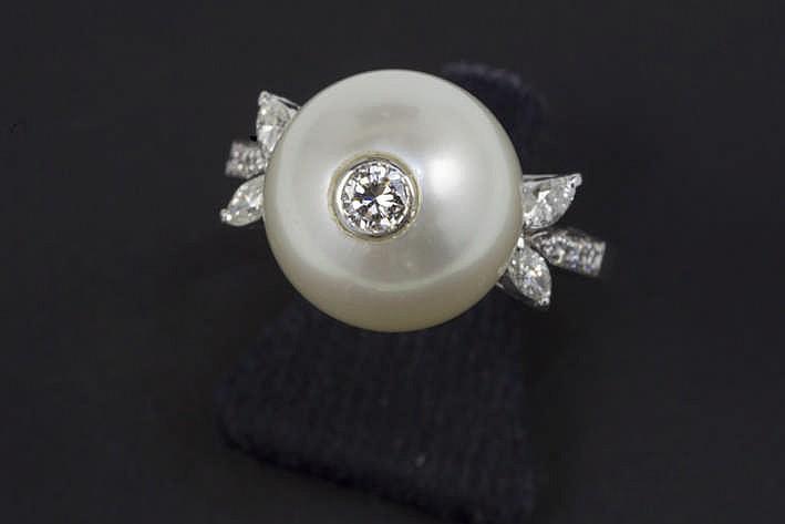 Ring in witgoud (18 karaat) met een centrale witte parel met een diameter van 12 5 mm bezet met een briljant en aan beide zijden geflankeerd door 2 briljant - in totaal : zeker 0 40 karaat witte (F/G) kwaliteitsbriljant (Vvs/Vs)