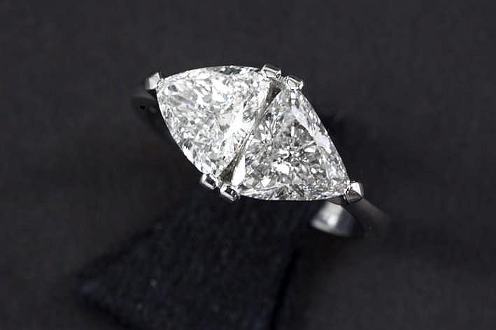 Unieke ring in witgoud (18 karaat) met een moderne interpretatie van de 'Toi et Moi' met sierstuk bezet met twee briljanten in triangelslijp - in totaal : 2 82 karaat witte (G) kwaliteitsbriljant (Si1 en Si2)